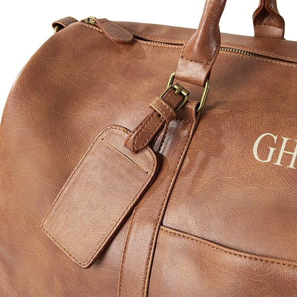 A luggage tag is included so you'll never lose track of this stylish leather men's travel bag.